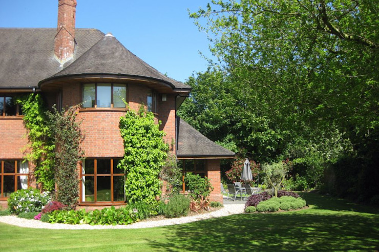 Edwin lutyens styled home with heavy overhanging eaves Casas rústicas de Des Ewing Residential Architects Rústico