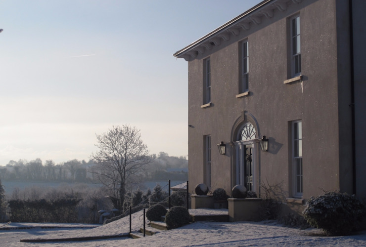 A frosty morning at this Neo-Geogian country house set in an idyllic Irish landscape Casas de estilo clásico de Des Ewing Residential Architects Clásico