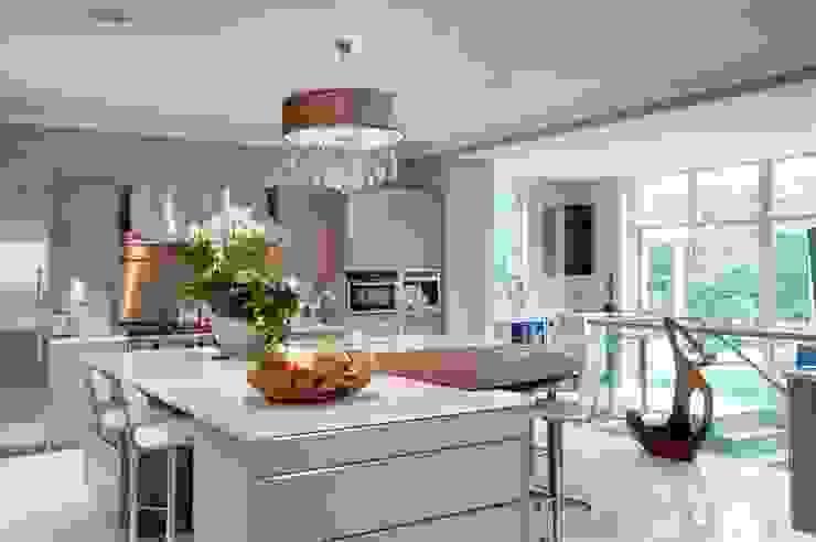 Making the most of a challenging, sloping site to create an elegant yet function Klassieke keukens van Des Ewing Residential Architects Klassiek