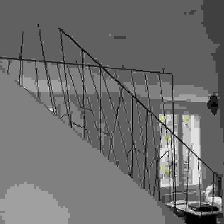 ATELIER MACHLINE Modern corridor, hallway & stairs
