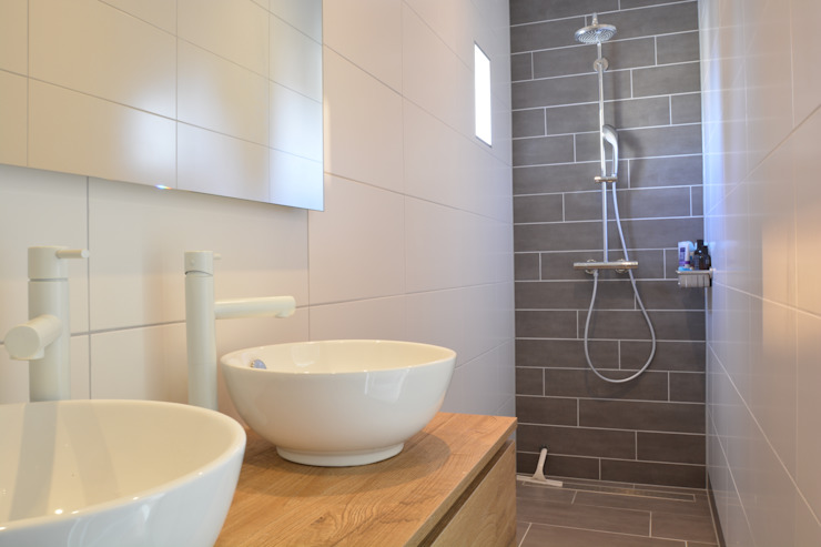 Modern bathroom by Studio Binnen Modern Wood Wood effect