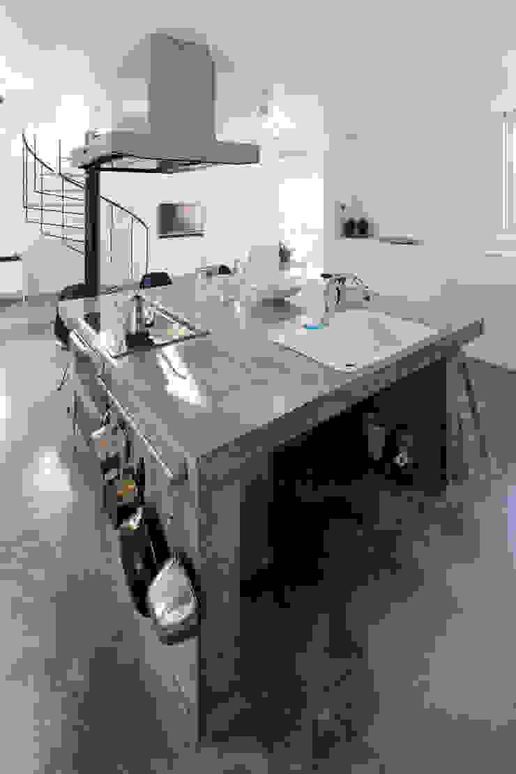 久保田正一建築研究所 Cucina minimalista Cemento Grigio