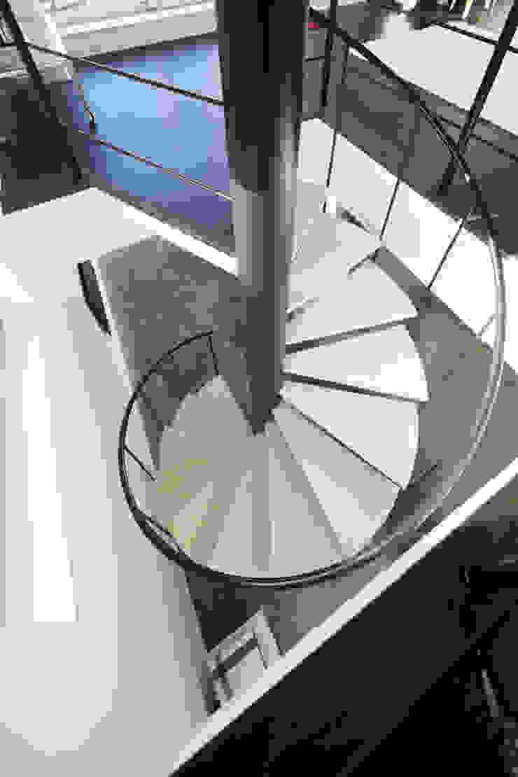 久保田正一建築研究所 Ingresso, Corridoio & Scale in stile minimalista Ferro / Acciaio Nero