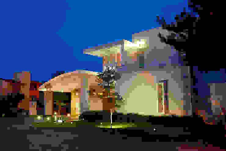fachada frontal Casas de estilo moderno de arketipo-taller de arquitectura Moderno
