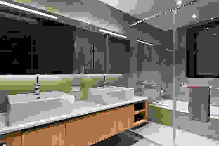 等化器 ─ 微笑曲線;Equalizer—The Smile Curve 現代浴室設計點子、靈感&圖片 根據 禾光室內裝修設計 ─ Her Guang Design 現代風
