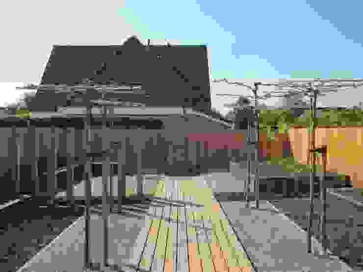 De belangrijke zicht en loop as in de tuin , die de tuin in verschillende comparmenten verdeelt. van Van Dijk Tuinen Groningen