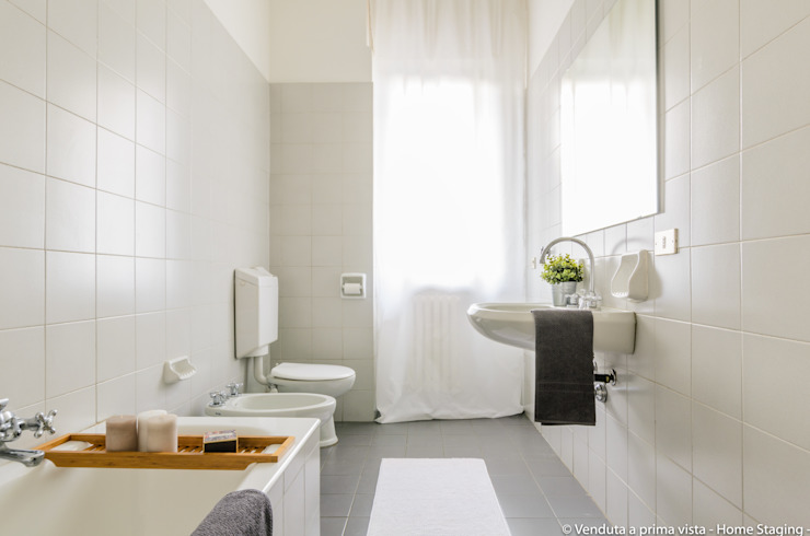 Scandinavian style bathroom by Venduta a Prima Vista Scandinavian