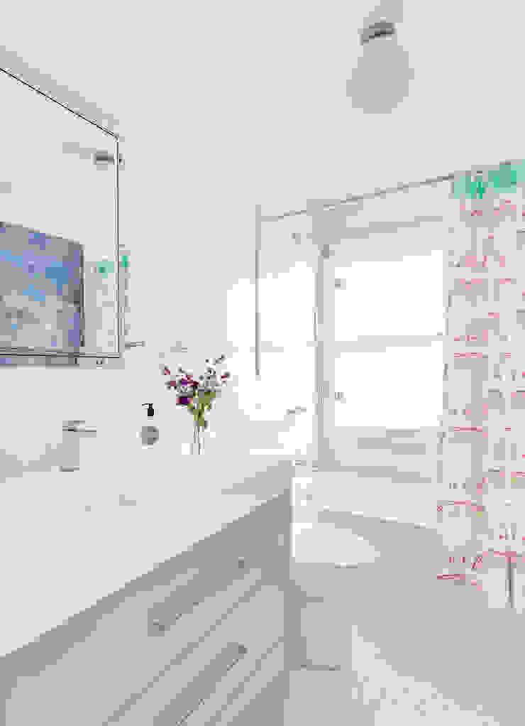 Kids' Bath Clean Design Modern style bathrooms