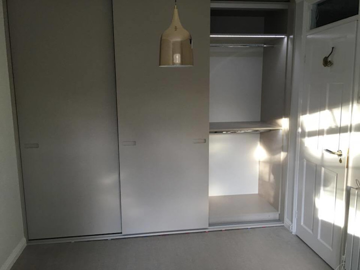Sprayed Sliding Door Wardrobe with Routed Handles And Light Grey Linen Interior por Kleiderhaus ltd Minimalista