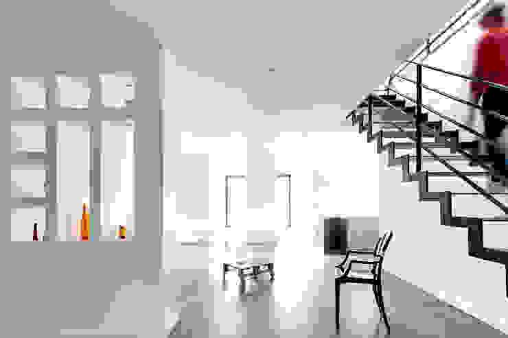 Nowoczesny korytarz, przedpokój i schody od Cendrine Deville Jacquot, Architecte DPLG, A²B2D Nowoczesny