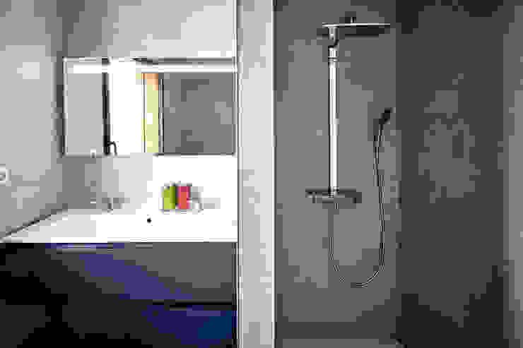 Modern bathroom by Cendrine Deville Jacquot, Architecte DPLG, A²B2D Modern