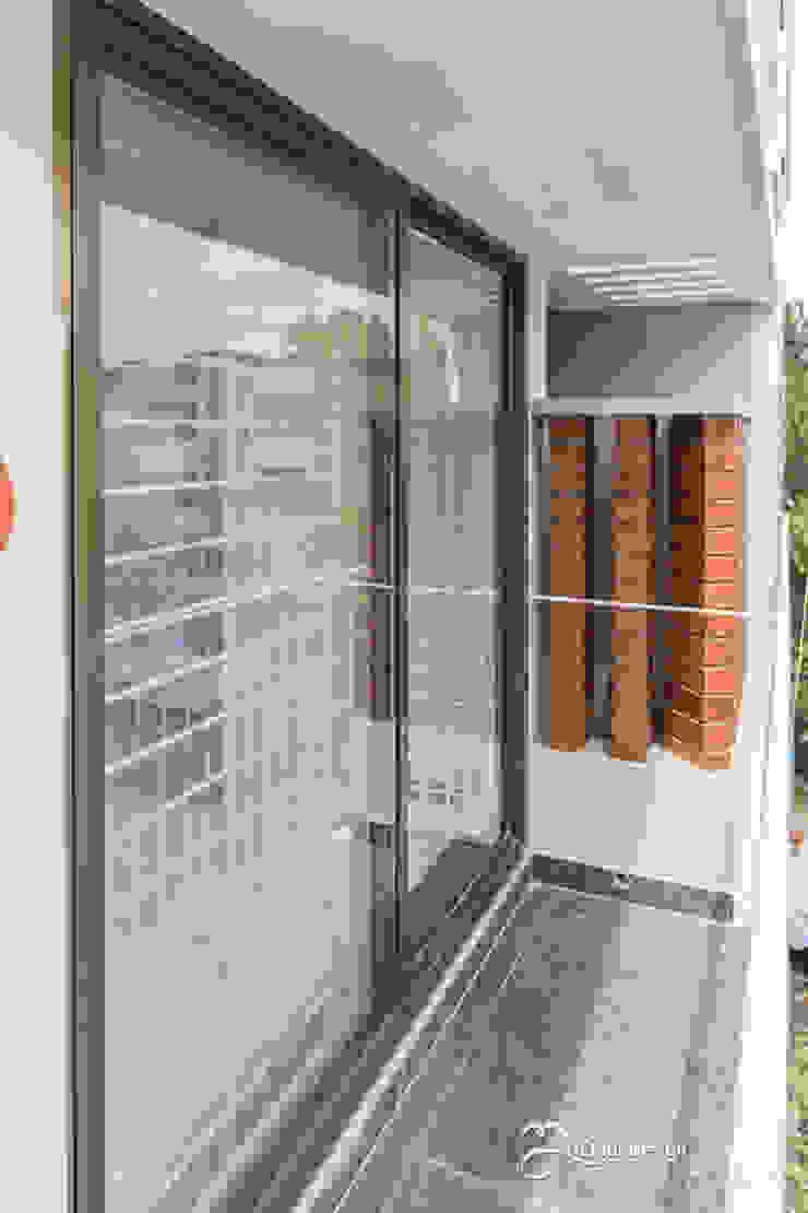 Rekha Raju Residence Modern Windows and Doors by Etagi Design Collaborative Modern