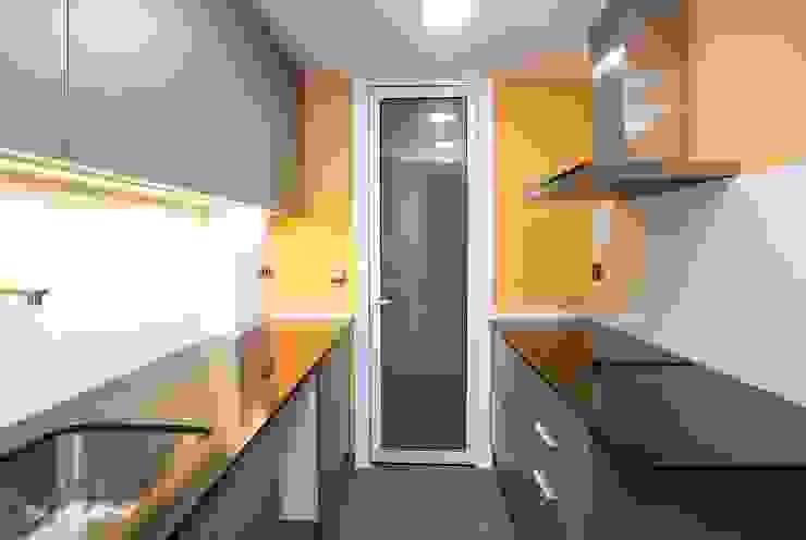 Cocina a dos frentes Cocinas de estilo moderno de Grupo Inventia Moderno Compuestos de madera y plástico