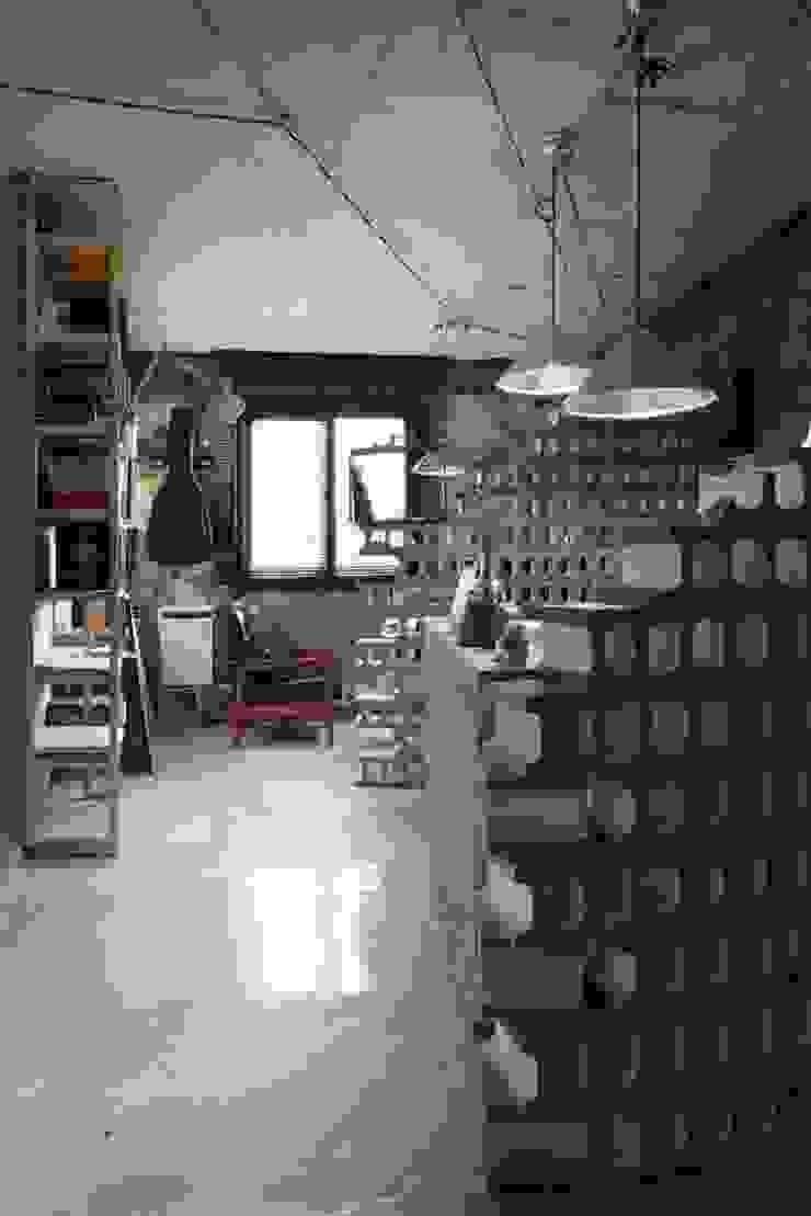 STARSIS Ruang Studi/Kantor Gaya Industrial Batu Bata Grey