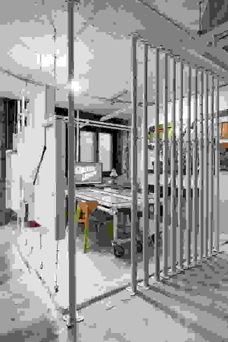 STARSIS Ruang Studi/Kantor Gaya Industrial Besi/Baja White