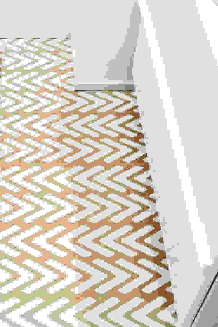 PARTICOLARE PAVIMENTAZIONE DEL BAGNO ArchEnjoy Studio Bagno moderno Ceramica Bianco