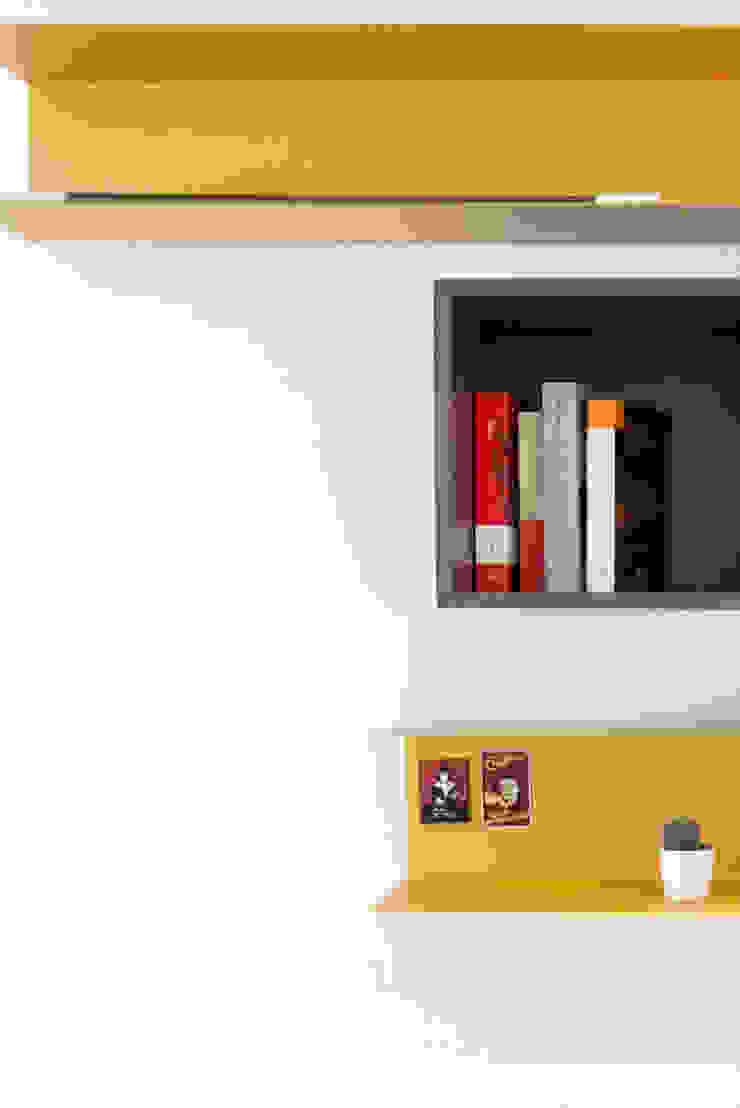 LA CAMERA DA LETTO ArchEnjoy Studio Camera da letto moderna Legno Variopinto