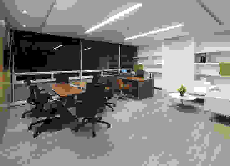 AcquaFloor cuenta con aislamiento acústico superior a los pisos laminados tradicionales. Oficinas de estilo moderno de FORMICA Venezuela Moderno