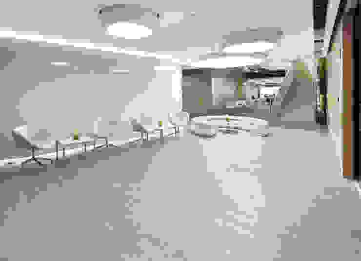 AcquaFloor está diseñado con registro de texturas para un reproducción natural de las maderas. Salas de estilo moderno de FORMICA Venezuela Moderno