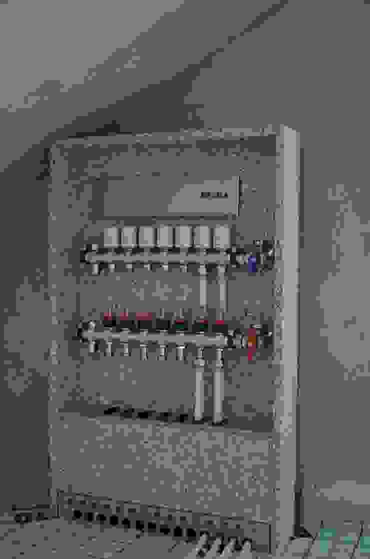 (7) customized manifolds & cabinets Escritórios modernos por Dynamic444 Moderno