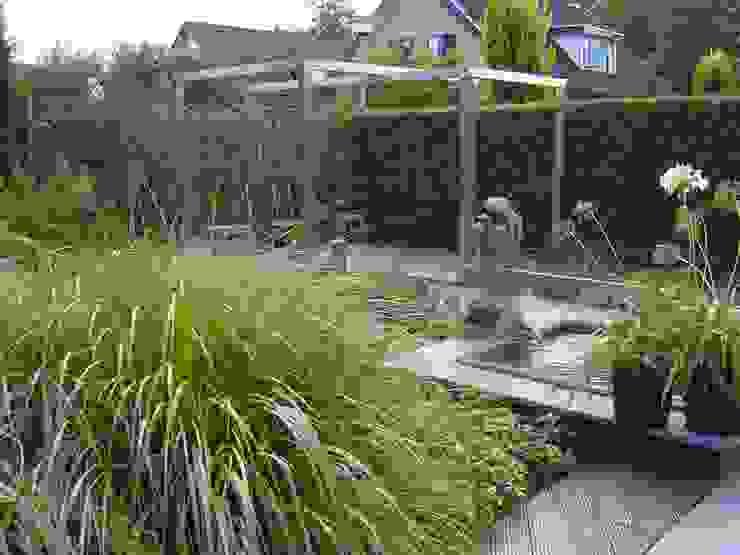 Tuin met pergola van rvs Moderne tuinen van Joke Gerritsma Tuinontwerpen Modern