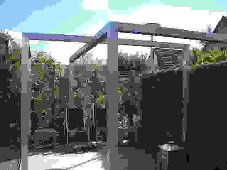 Tuin met pergola van rvs. Moderne tuinen van Joke Gerritsma Tuinontwerpen Modern