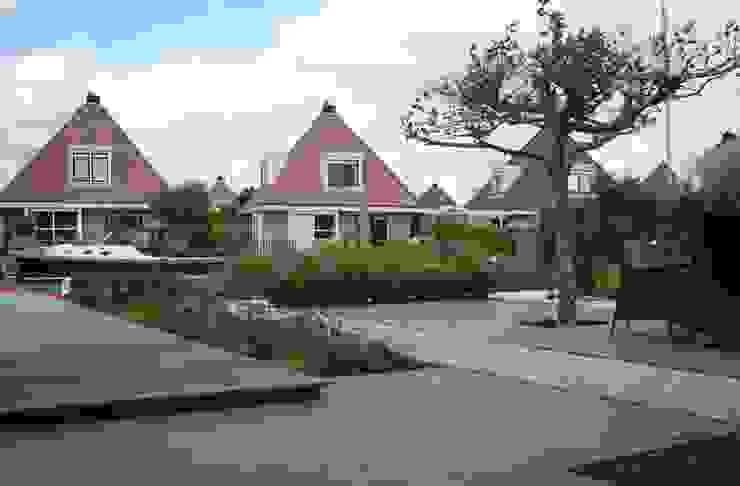 Tuin aan het water Moderne tuinen van Joke Gerritsma Tuinontwerpen Modern Tegels