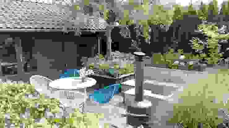 Terras naast tuinhuis Landelijke tuinen van Joke Gerritsma Tuinontwerpen Landelijk