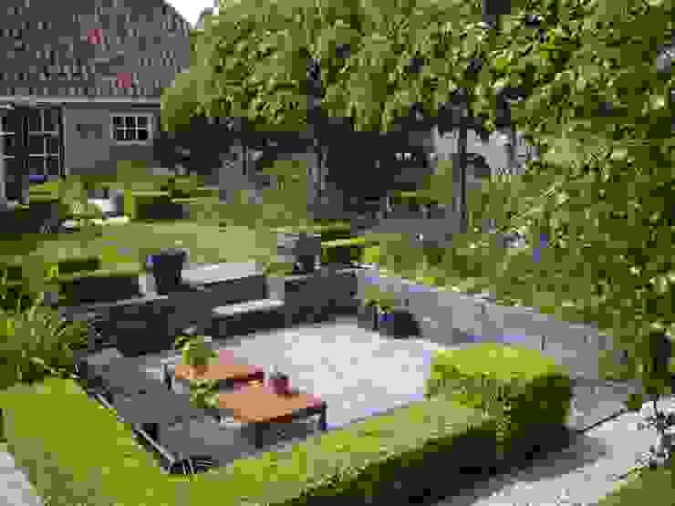 Moderne zitkuil in eigen tuin van tuinontwerper Joke Gerritsma Moderne tuinen van Joke Gerritsma Tuinontwerpen Modern Tegels