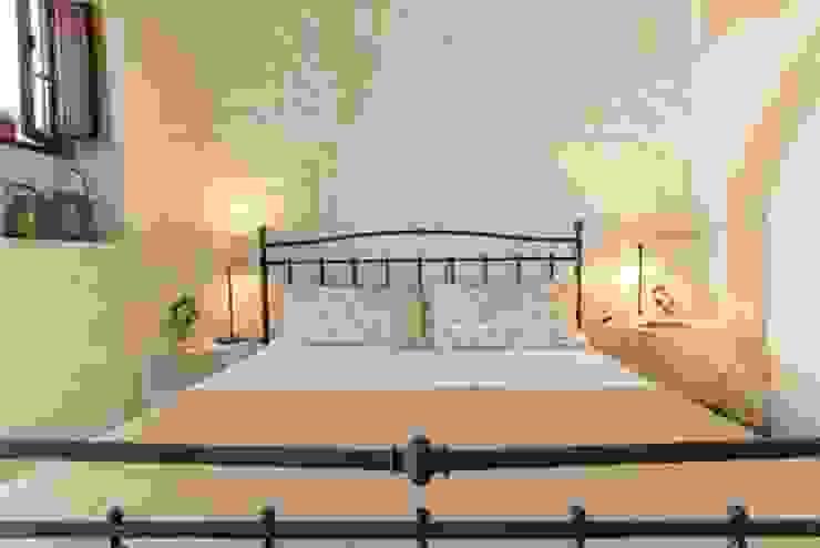 Relooking per un dammuso nella Val di Noto. Camera da letto in stile mediterraneo di Boite Maison Mediterraneo