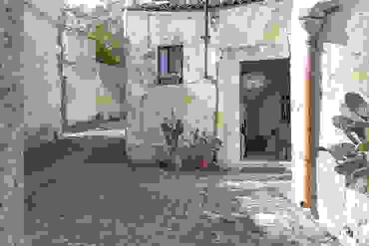 Relooking per un dammuso nella Val di Noto. Boite Maison Ingresso, Corridoio & Scale in stile mediterraneo
