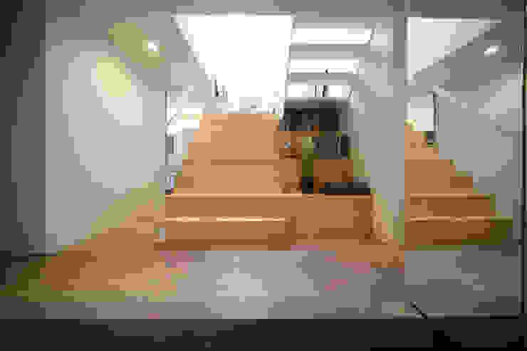隨意取材風玄關、階梯與走廊 根據 FORMA建築研究室 隨意取材風 木頭 Wood effect