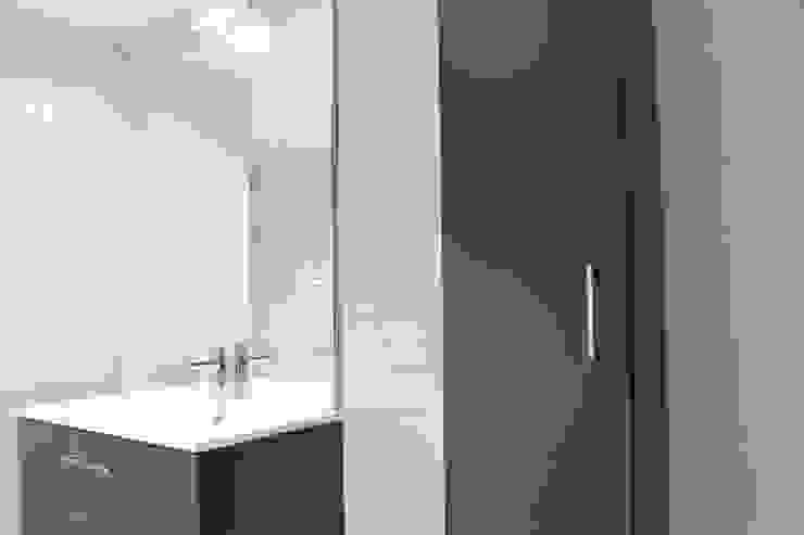 colonne rangement: Salle de bains de style  par Agence ADI-HOME