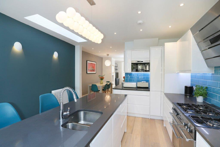 Nightingale Triangle Modern kitchen by Clara Bee Modern