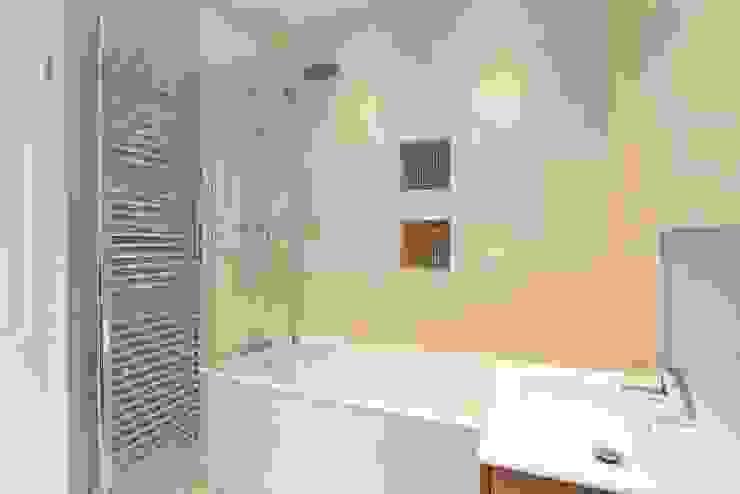 Bathroom by Clara Bee, Modern