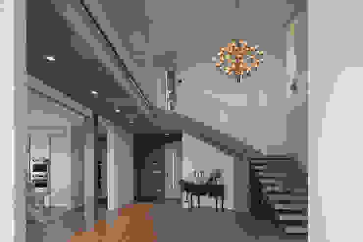 Corredores, halls e escadas modernos por iarchitects Moderno