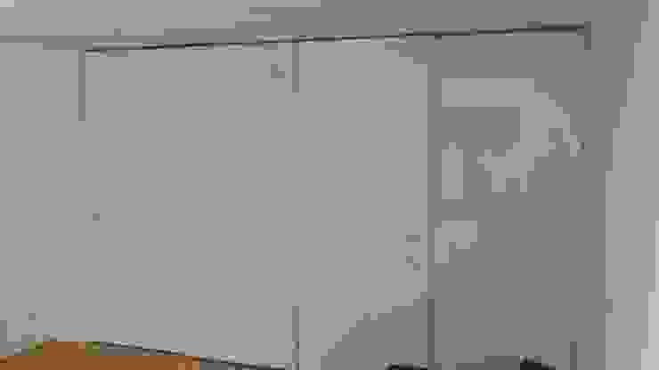 Fitted Sliding Door Wardrobe with En-suite Access de Kleiderhaus ltd Moderno