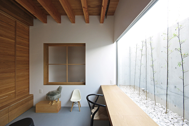 Media room by 株式会社 空間建築-傳