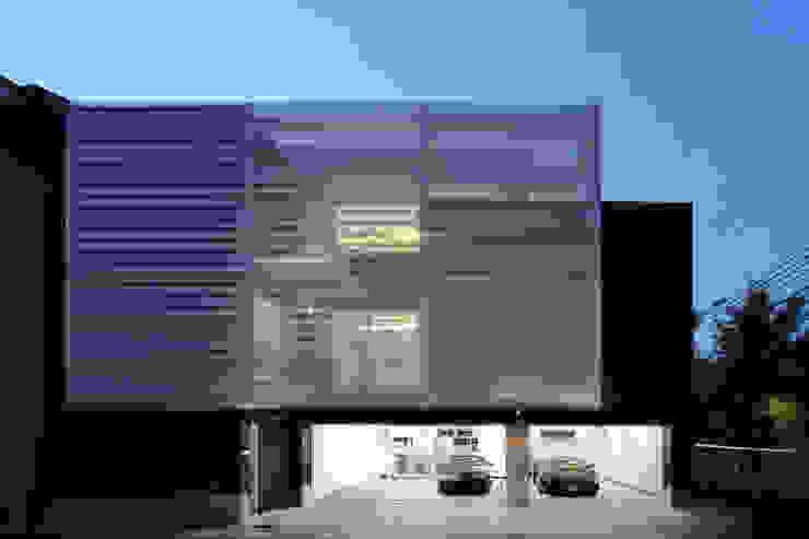 ランボルギーニと暮らす家: Kenji Yanagawa Architect and Associatesが手掛けた現代のです。,モダン