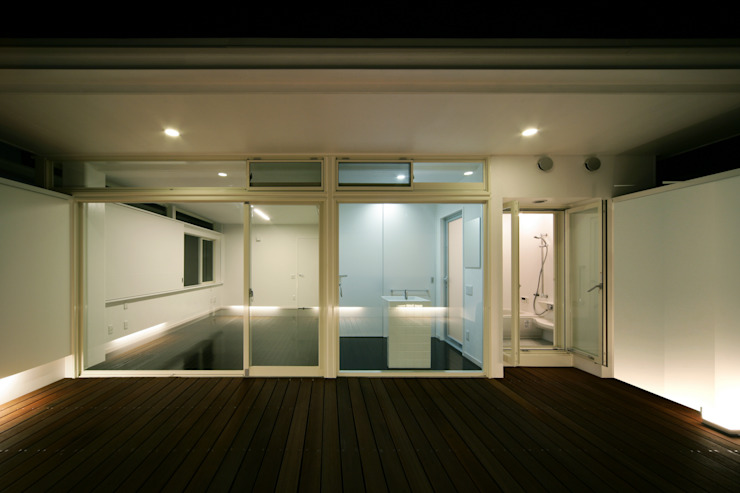 コートデッキ: Kenji Yanagawa Architect and Associatesが手掛けた現代のです。,モダン