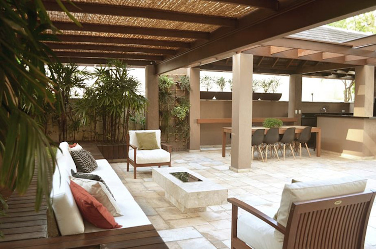 Balcones y terrazas de estilo tropical de Cecília Mesquita Arquitetura Tropical