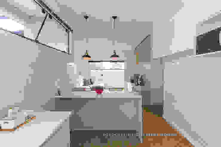Alkaa Arquitetos Associados Cucina in stile scandinavo Bianco