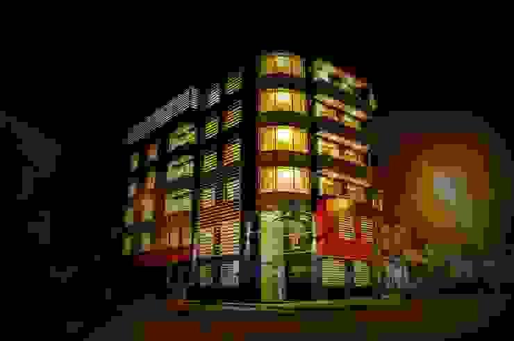 fachada hotel noche iluminación de Diseño Integral y Construcción S.A.C. Moderno