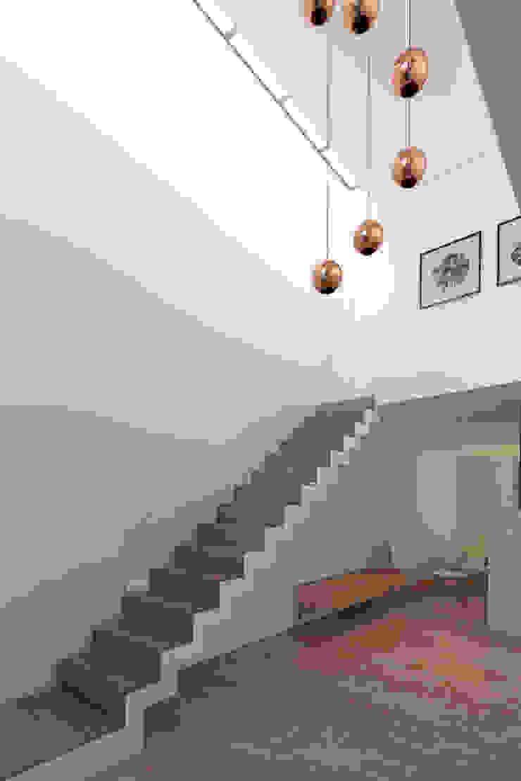 Vivienda RD Pasillos, vestíbulos y escaleras mediterráneos de Proyectarq Mediterráneo Madera Acabado en madera