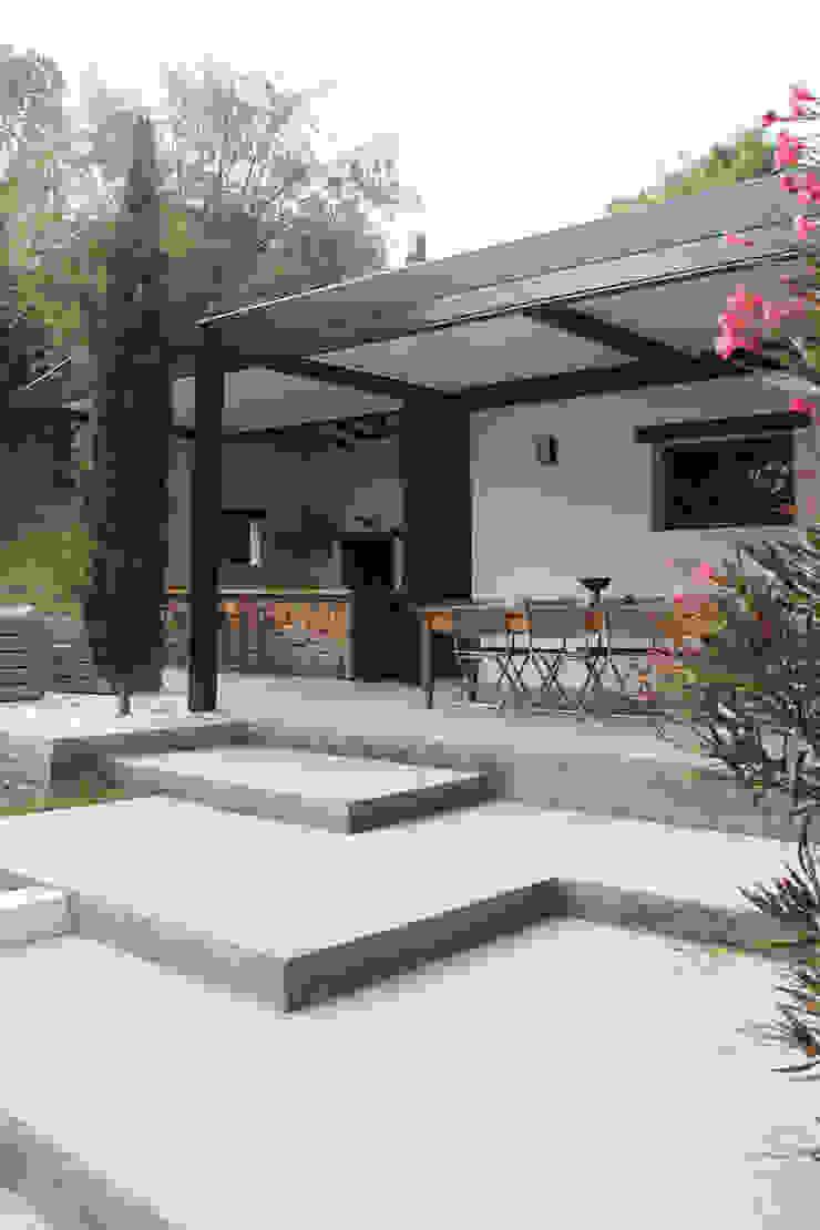 pergola bioclimatique pour la rénovation d'une terrasse Jardin moderne par Koya Architecture Intérieure Moderne