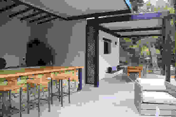 pergola bioclimatique pour la rénovation d'une terrasse Balcon, Veranda & Terrasse modernes par Koya Architecture Intérieure Moderne
