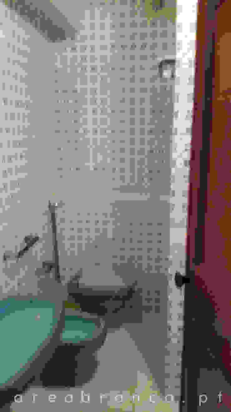 Casa de Banho Suite Antes por Areabranca Moderno
