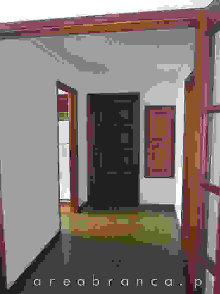 Hall de Entrada Antes por Areabranca Moderno