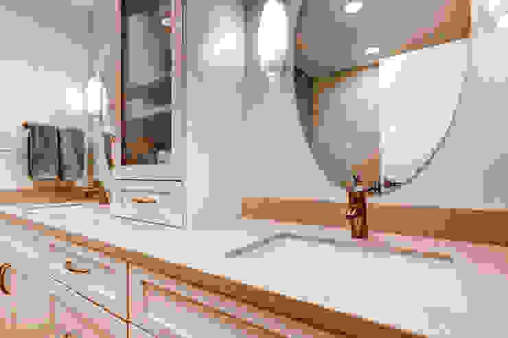Baños de estilo clásico de Studio Design LLC Clásico