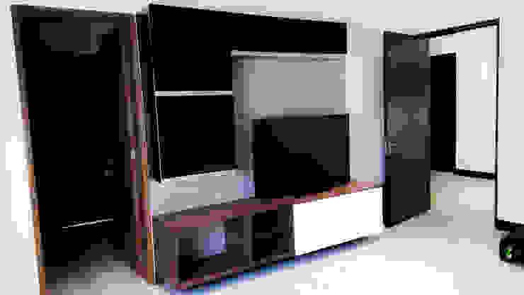 Estar de tv de AZULNOGAL Moderno Madera Acabado en madera